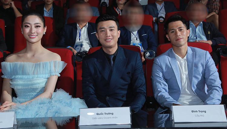 Cầu thủ Đình Trong (phải).