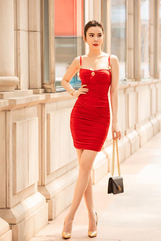 Huỳnh Vy diện váy cúp ngực