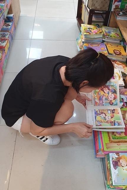 Diễn viên thường đi nhà sách chọn truyện cho con trai.