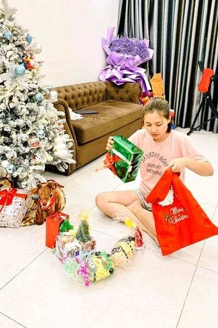 Dịp Noel năm ngoái, cô chuẩn bị quà để phát tặng các trẻ em đêm Giáng sinh.