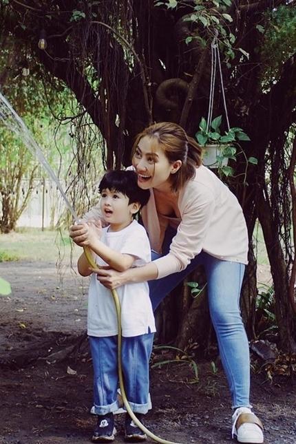 Ngọc Lan cho biết trong việc dạy con, cô cố gắng vừa là bố vừa là mẹ của bé.