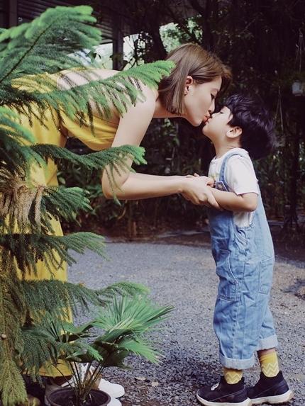 Mỗi khi con được nghỉ học, diễn viên đưa bé du lịch các tỉnh miền Tây, Đà Lạt... để con dạn dĩ, gần gũi với môitrường thiên nhiên.
