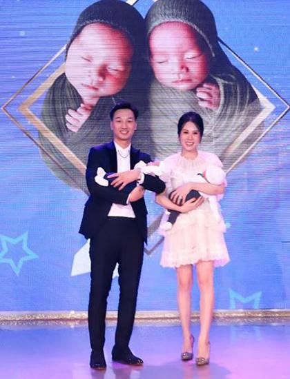 Vợ chồng Thành Trung - Ngọc Hương trong lễ đầy tháng hai con. Ảnh: T.T.