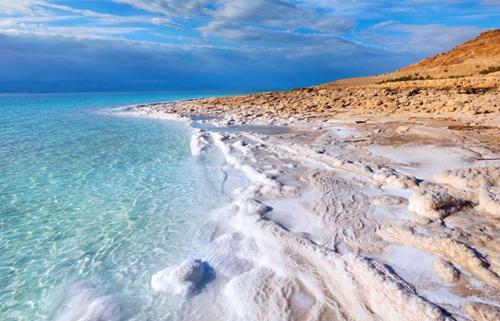Muối tích tụ thành núi quanh bờ Biển Chết.
