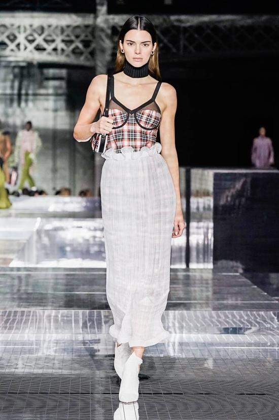 Kendall Jenner diện corset diễn thời trang