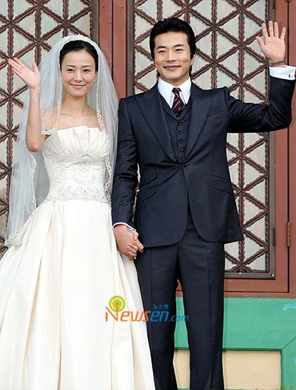 Cặp sao trong hôn lễ ngày 28/9/2008 tại khách sạnShilla. Ảnh: Newsen.