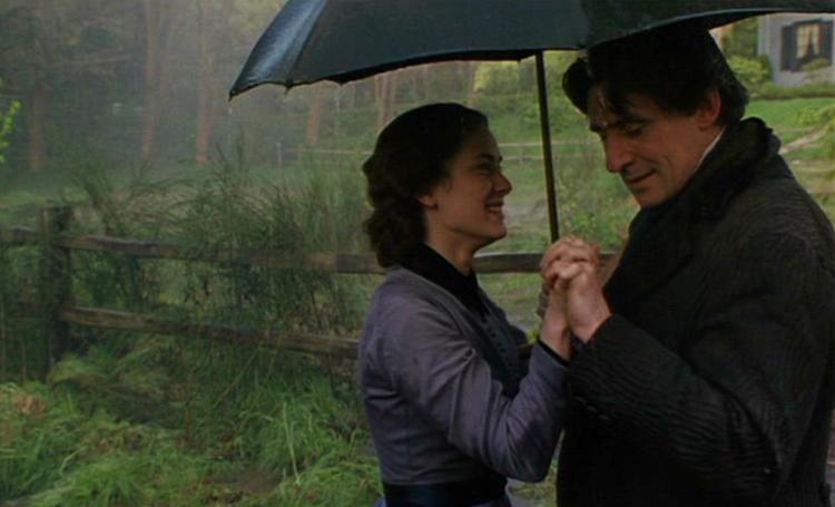 Bản chuyển thể Little Women năm 1994 theo đúng nguyên tác, Jo (Winona Ryder) đến với giáo sư Friedrich Bhaer (Gabriel Byrne) cuối phim. Ảnh: IMDb.