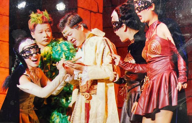 Ca sĩ Đăng Dương (chính giữa) và nghệ sĩ Vũ Mạnh Dũng (áo xanh) trên sân khấu. Ảnh: Đ.D.