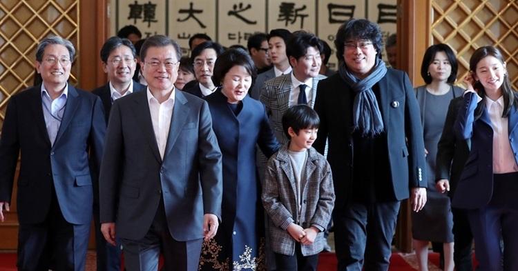 Tổng thống Mon Jae In (hàng đầu)cùng phu nhân đón đoàn phim. Ảnh: OhmyNews.