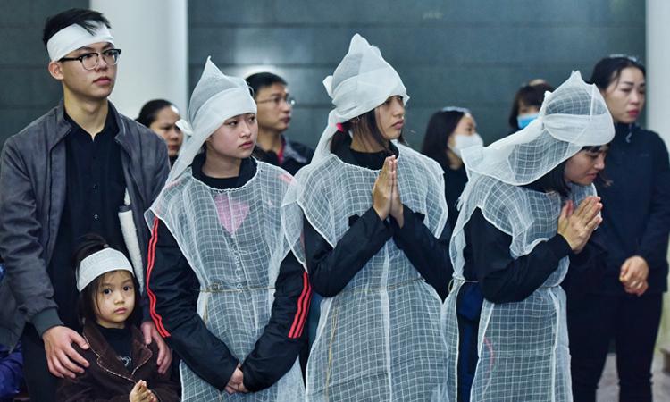 Chị Hoàng Yến (phải) - vợ nghệ sĩ - giữ bình tĩnh, cùng các con và người nhà lo hậu sự cho chồng. Ảnh: Giang Huy.