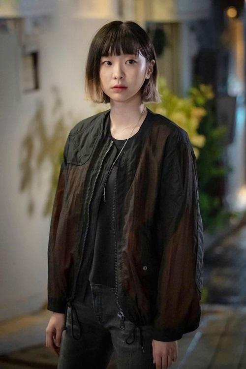 Nhân vật Jo Yi Seo của Kim Da Mithường mặc cá tính, thích tông trầm, khác hẳn với các nữ sinh cùng trường. Ảnh: jTBC.