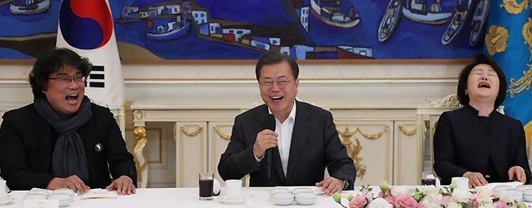Từ trái qua: đạo diễn Bong Joon Ho, Tổng thống Moon Jae In và phu nhân Kim Jung Sook tại tiệc. Ảnh: OhmyNews.