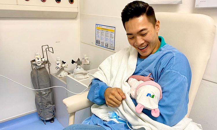 Quốc Cơ bên con gái mới sinh. Ảnh: Quốc Cơ.