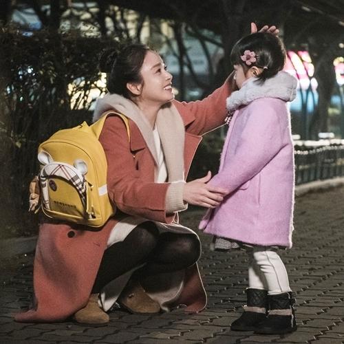 Mẹ ma Cha Yoo Ri lần đầu được chạm vào con. Ảnh: tvN.