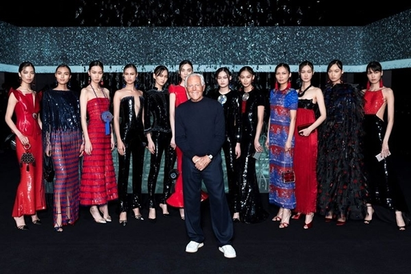 Nhà thiết kế Armani chụp ảnh cùng các người mẫu sau khi khép lại màn diễn kín.