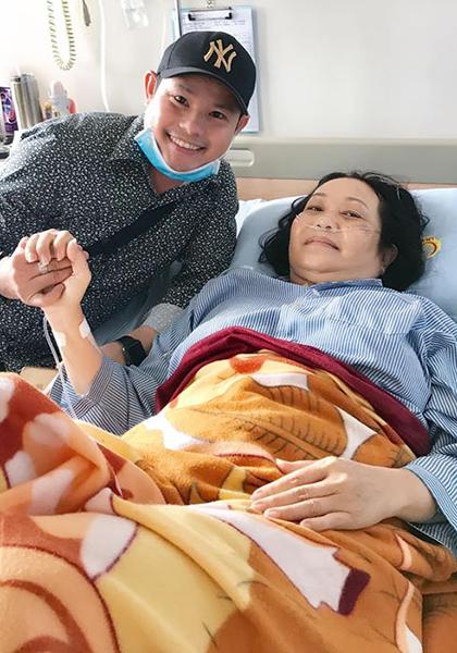 Nghệ sĩ cải lương Trung Đẳng vào viện thăm đàn chị Thanh Hằng. Ảnh: Bùi Trung Đẳng.