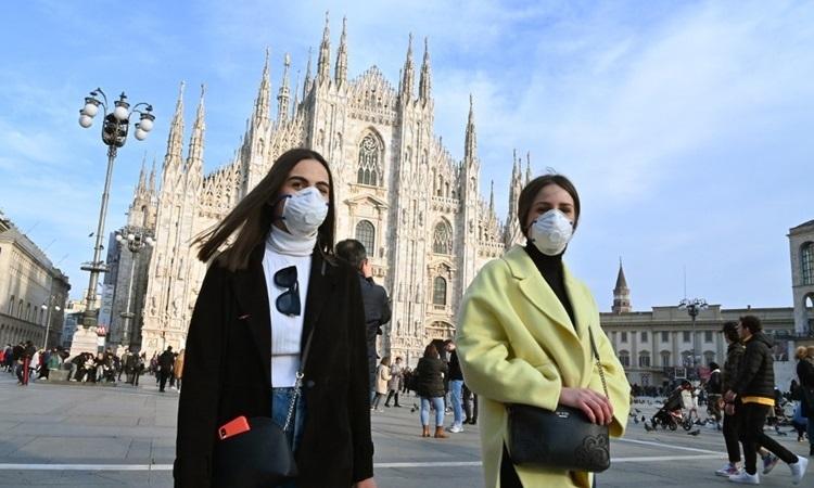 Người dân đeo khẩu trang ở thành phố Milan hôm 23/2. Ảnh: AFP.