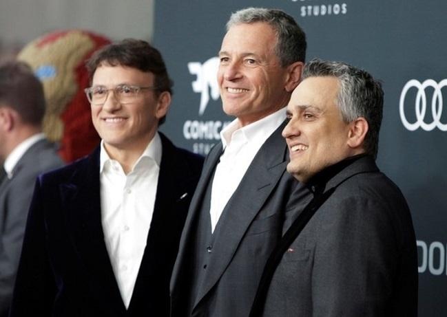 Bob Iger (giữa) cùng anh emRusso (đạo diễn Avengers: Endgame). Ảnh: Reuters.