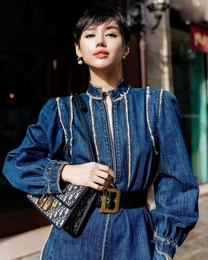 Khánh Linh phối túi, thắt lưngDior với trang phục denim. Ảnh: Instagram.