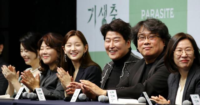 Đạo diễn Bong Ho Joon (thứ hai phải qua) cùng êkíp Parasite tại buổi gặp gỡ báo giới hôm 19/2. Ảnh: Yonhap.