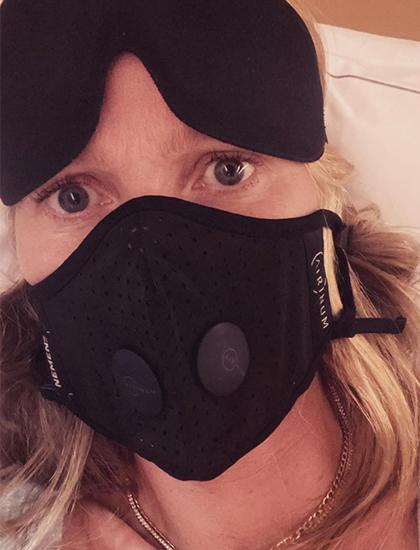Gwyneth Paltrow đeo khẩu trang trên máy bay. Ảnh: Instagram.