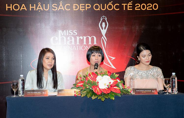 Bà Thúy Nga (giữa) trong buổi họp báo cuộc thi. Ảnh:Misscharm.