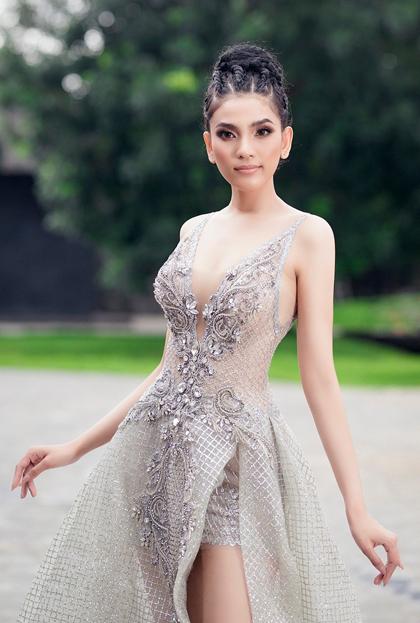Trương Thị May diện bộ váy xuyên thấu, xẻ ngực ở một sự kiện năm 2019.