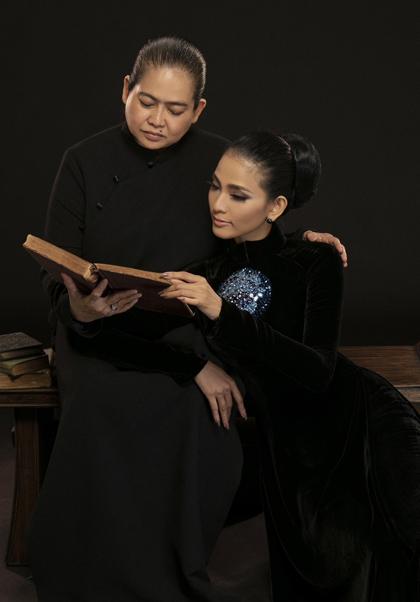 Trương Thị May bên mẹ
