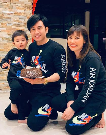 Đan Trường cùng vợ - Thủy Tiên (phải) mừng con trai tròn ba tuổi. Ảnh: Đan Trường.