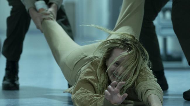 Elisabeth Moss diễn nhiều cảnh bị hành hạ trong phim. Ảnh: Universal.
