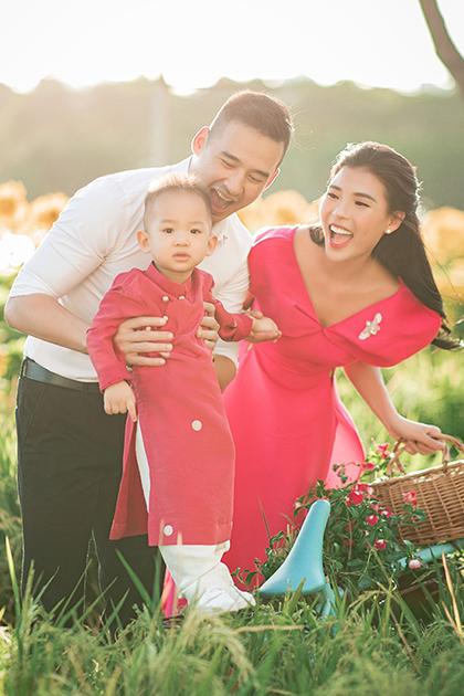 Vợ chồng Thúy Diễm đưa con đi đường hoa Tết Canh Tý. Ảnh: