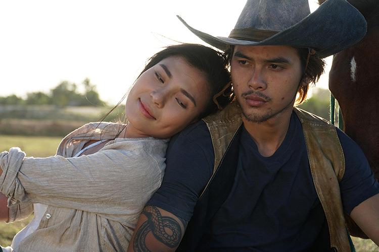 Thúy Diễm bên diễn viên Hữu Thanh Tùng trong phim Cát đỏ. Ảnh: Mai Gia Ly.