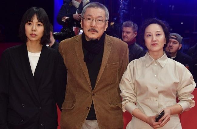 Từ trái sang: Kim Min-hee, Hong Sang-soo và Sea Young-hwa, ở thảm đỏ trước buổi lễ. Ảnh: AFP.