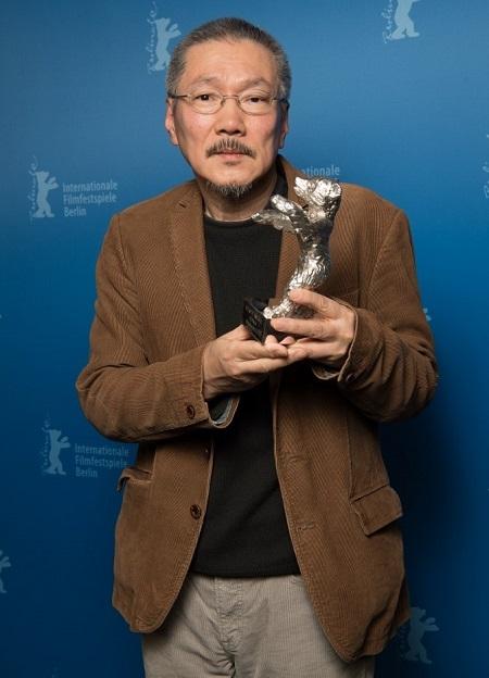 Hong Sang-soo cùng giải thưởng. Ảnh: AFP.
