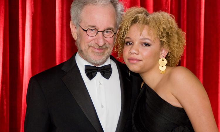 Đạo diễn Steven Spielberg và con gái. Ảnh: Ipix.