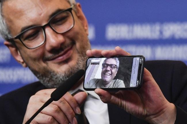 Nhà sản xuất Farzad Pak phát video về đạo diễnMohammad Rasoulof ở lễ trao giải. Ảnh: AFP.