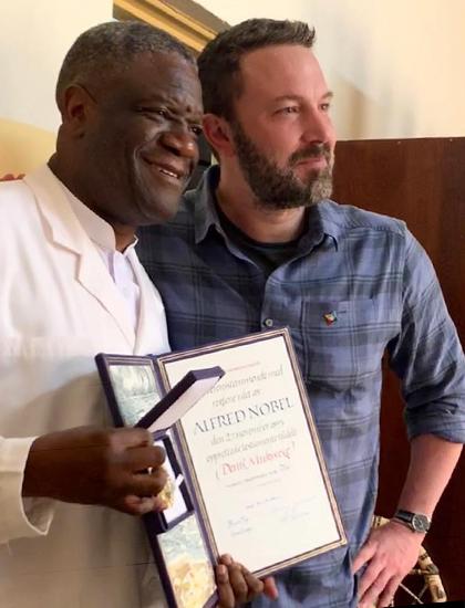 Ben Affleck đến Congo chúc mừng bác sĩ Denis Mukwege (trái) nhận giải Nobel Hòa bình. Ảnh: Instagram.