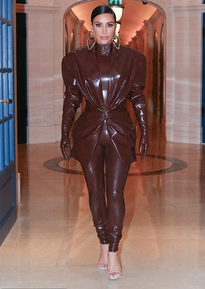 Kim Kardashian mặc đồ cao su màu chocolate giống chị gái. Ảnh: Backgrid.