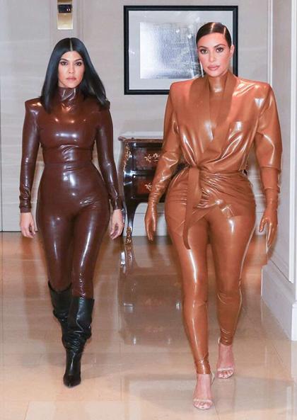 Kourtney (trái) và Kim Kardashian diện đồ cao su. Ảnh: Backgrid.