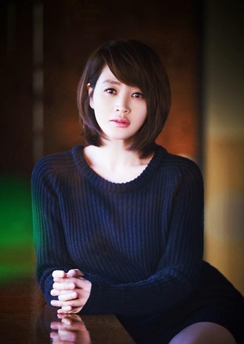 Ngày 3/3, Entertainment Weekly tung danh sách Ngôi sao độc thân được yêu thích nhất Hàn Quốc, dựa trên ý kiến của hàng chục nghìn người. Kim Hye Soo dẫn đầu bình chọn. Cô sinh năm 1970, đóng phim từ năm 1986. Suốt 34 năm hoạt động, cô đoạt nhiều giải thưởng danh giá và là nữ diễn viên thành công nhất màn ảnh rộng Hàn Quốc. Các tác phẩm giúp Hye Soo vang danh gồm Thành thật với tình yêu, Biệt đội siêu trộm, Nữ hoàng công sở, Phố người Hoa, Signal...Cô luôn nằm trong top biểu tượng nhan sắc, ngoài diễn xuất, Hye Soo mê văn học, vẽ tranh. Người đẹp nói hài lòng với cuộc sống hiện tại, xác định độc thân suốt đời.