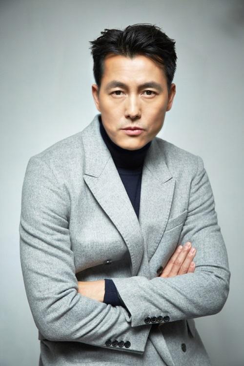 Jung Woo Sung đứng thứ tư danh sách. Anh sinh năm 1973, gia nhập làng giải trí với vai trò người mẫu. Các phim nổi bật của anh gồm Chuyện tình hồ ly, Những tay đua kiệt xuất, Beat (Cú đánh), Hoa cúc dại... Anh được nhiều khán giả lẫn giới nghệ sĩ mệnh danh là ngôi sao của các ngôi sao, quý ông hoàn hảo hay mỹ nam hàng đầu. Tài tử cũng đứng đầu cuộc bình chọn Mỹ nam được khao khát nhất Hàn Quốc 20 năm qua.Ngoài diễn xuất, anh còn thành công ở lĩnh vực kinh doanh. Anh và bạn thân Lee Jung Jae hợp tác làm ăn, thành lập công ty giải trí Artist Company. Ở tuổi 47, anh tận hưởng cuộc sống, chăm sóc bản thân bằng những chuyến du lịch, hội ngộ bạn bè. Tôi hài lòng với cuộc sống và sự nghiệp của mình, anh nói với Sport Chosun.