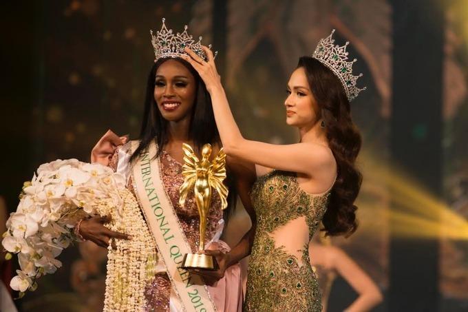 Hương Giang trao lại vương miện cho Jazell Barbie Royale, đại diện từ Mỹ, năm 2019.