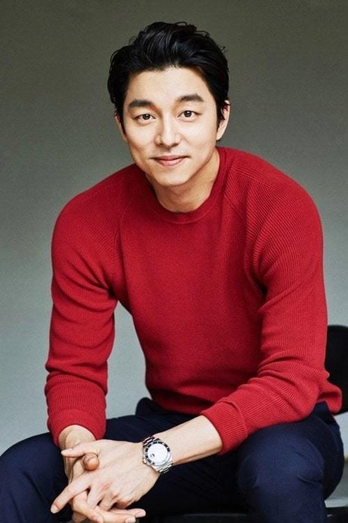 Gong Yoo đứng thứ hai danh sách. Anh sinh năm 1979, gia nhập làng giải trí từ năm 2001. Cáctác phẩm nổi bậtcủa anh gồm: Cô bạn gia sư, Tiệm cà phê hoàng tử, Train to Busan (Chuyến tàu sinh tử), Yêu tinh, Thời kỳ đen tối... Tài tử từng thắng bình chọn Ngôi sao quyến rũ nhất showbiz Hàn năm 2016 của đài tvN.TheoNaver, Gong Yoo nổi tiếng làm việc nghiêm túc, cầu toàn, đối xử tốt với bạn diễn. Anh nhiều lần nói thích sống một mình, dành phần lớn thời gian rảnh để xem phim, câu cá và chăm sóc mèo.