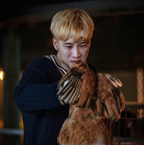 Cậu ấm Jang Geun Won khiếp sợ khi bị cha bắt bẻ cổ gà sống.