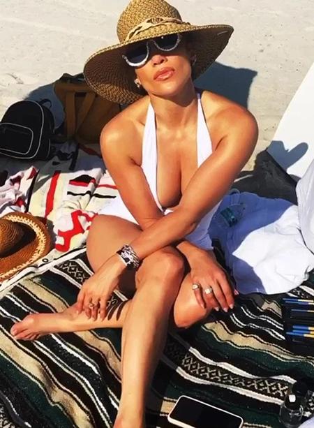 Ca sĩ Jennifer Lopez tắm nắng trên bãi biển Miami hôm 5/3. Ảnh: Instagram.