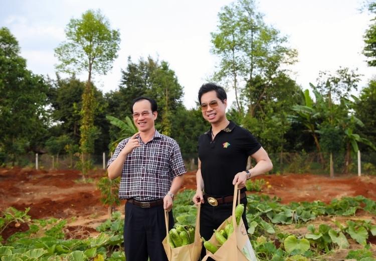 Anh cho trồng nhiều loại rau củ như bí đao, mướp, dưa... Mỗi dịp về đây, tôi thu hoạch các loại rau trái không xuể, phải đem về thành phố biếu bớt, anh nói.