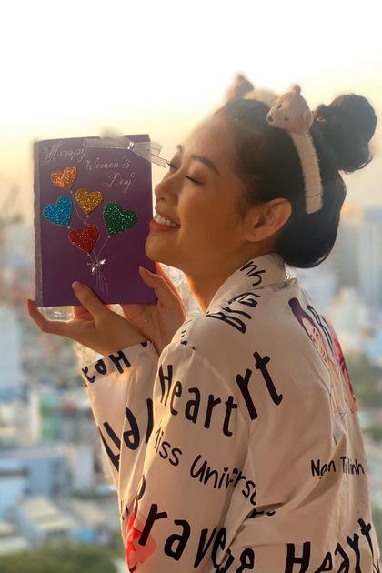 Hoa hậu Khánh Vân nói: Vân biết là mẹ thích những món quà thực tế, có thể sử dụng được. Vân cũng sẽ tặng mẹ một món quà giá trị. Nhưng mình muốn tự tay làm tấm thiệp đầy trái tim này để thể hiện tình cảm với mẹ. Cảm ơn mẹ đã luôn bên con và yêu thương con.