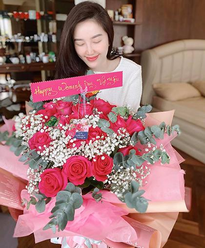 Bảo Thy đăng bó hoa chồng tặng. Cô kể tối 7/3, ông xã nhắncô lên phòng và bất ngờ khi thấy bó hoa hồng to với lời chúc dễ thương. Ảnh: Bảo Thy.
