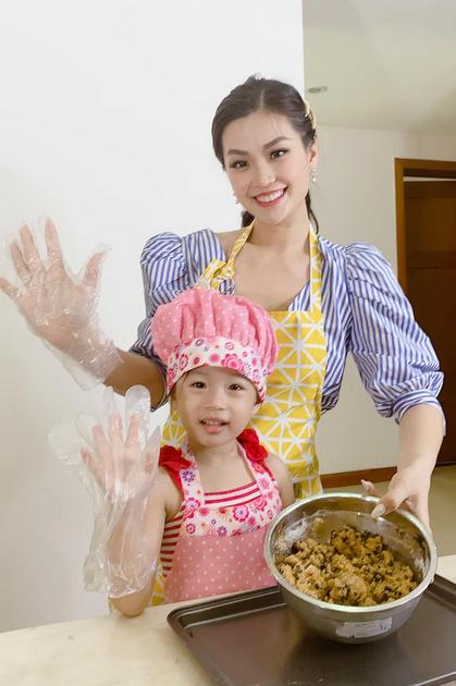 Diễm Trang hướng dẫn con gái làm bánh cookie mừng mẹ và bà ngoại.