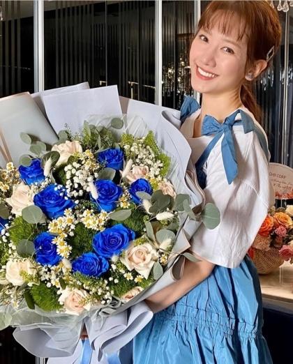 Trấn Thành tặng vợ bó hoa lớn kèm lời giải thích: Phụ nữ chỉ cần bấy nhiêu là đủ.